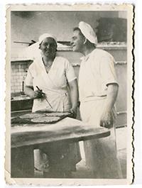 Helens mormor och morfar, Ebba och Carl, i bageriet.
